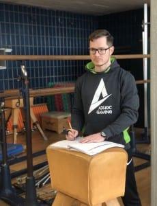 Sportlehrer Grimm in der Turnhalle