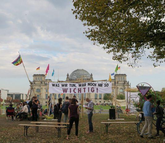 Blick aus dem Klimacamp von Extinction Rebellion auf den Reichstag in Berlin. Rund eine Woche haben Klimaaktivisten aus ganz Deutschland hier kampiert, debattiert und eine Bürger*innenversammlung simuliert. Foto: Cosima Kopp