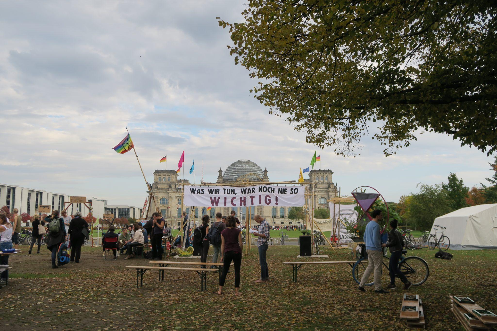 Blick aus dem Klimacamp von Extinction Rebellion auf den Reichstag in Berlin. Rund eine Woche haben Klimaaktivisten aus ganz Deutschland hier kampiert, debattiert und eine Bürger*innen-Versammlung simuliert. Foto: Cosima Kopp