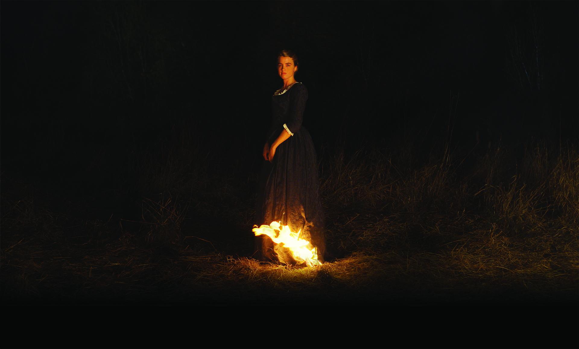 Die junge Frau steht in Flammen; doch ist es Héloïses gespenstischer Blick zurück der sich einbrennt. Foto: Alamodefilm