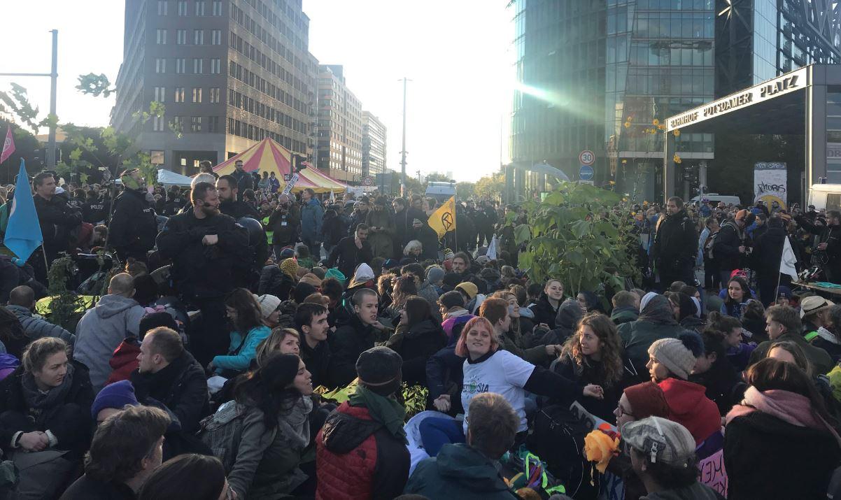 Extinction Rebellion legt den Potsdamer Platz lahm. Foto: Max Skowronek