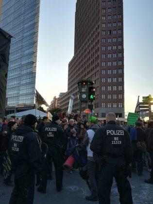 Polizei weist Aktivist*innen an den Platz zu räumen. Foto: Cosima Kopp