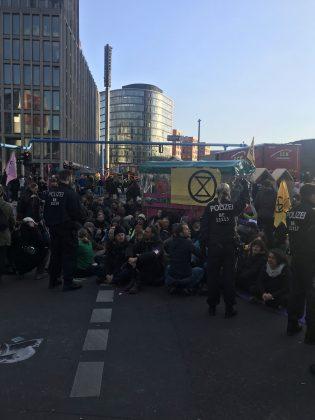 Die Polizei bildet einen Ring um die Aktivist*innen . Foto: Max Skowronek
