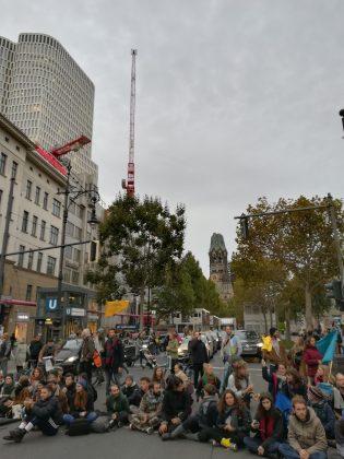 Aktivist*innen von Extinction Rebellion besetzen den Kurfürstendamm. Foto: Cosima Kopp