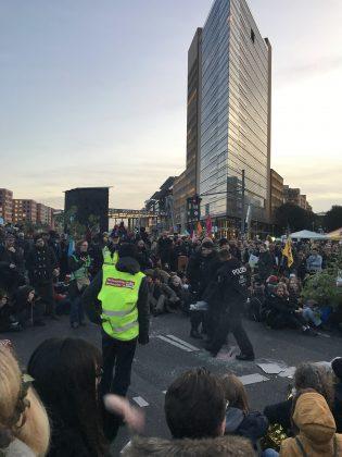 Erste Demonstrant*innen werden ohne Gegenwehr von der Polizei fort getragen. Foto: Max Skowronek