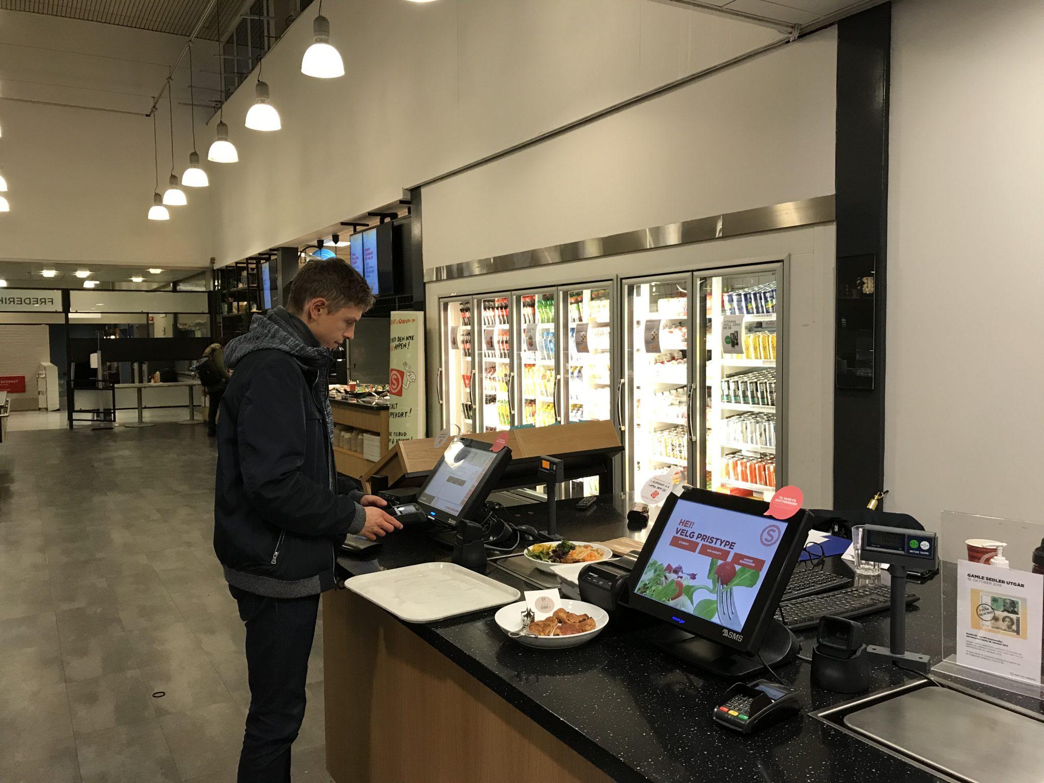 In der Mensa der Universität Oslo gibt es keine Mitarbeiter und kein Bargeld mehr. Studierende zahlen selbstständig mittels Chipkarte. Foto: Lena Fiedler