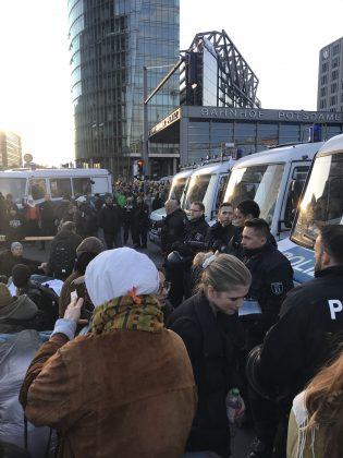 Die Zugänge zum Potsdamer Platz werden abgesperrt. Foto: Max Skowronek