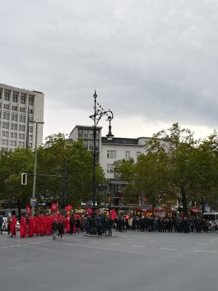 "Die ""Red Rebel Brigade"" am Kurfürstendamm. Foto: Cosima Kopp"