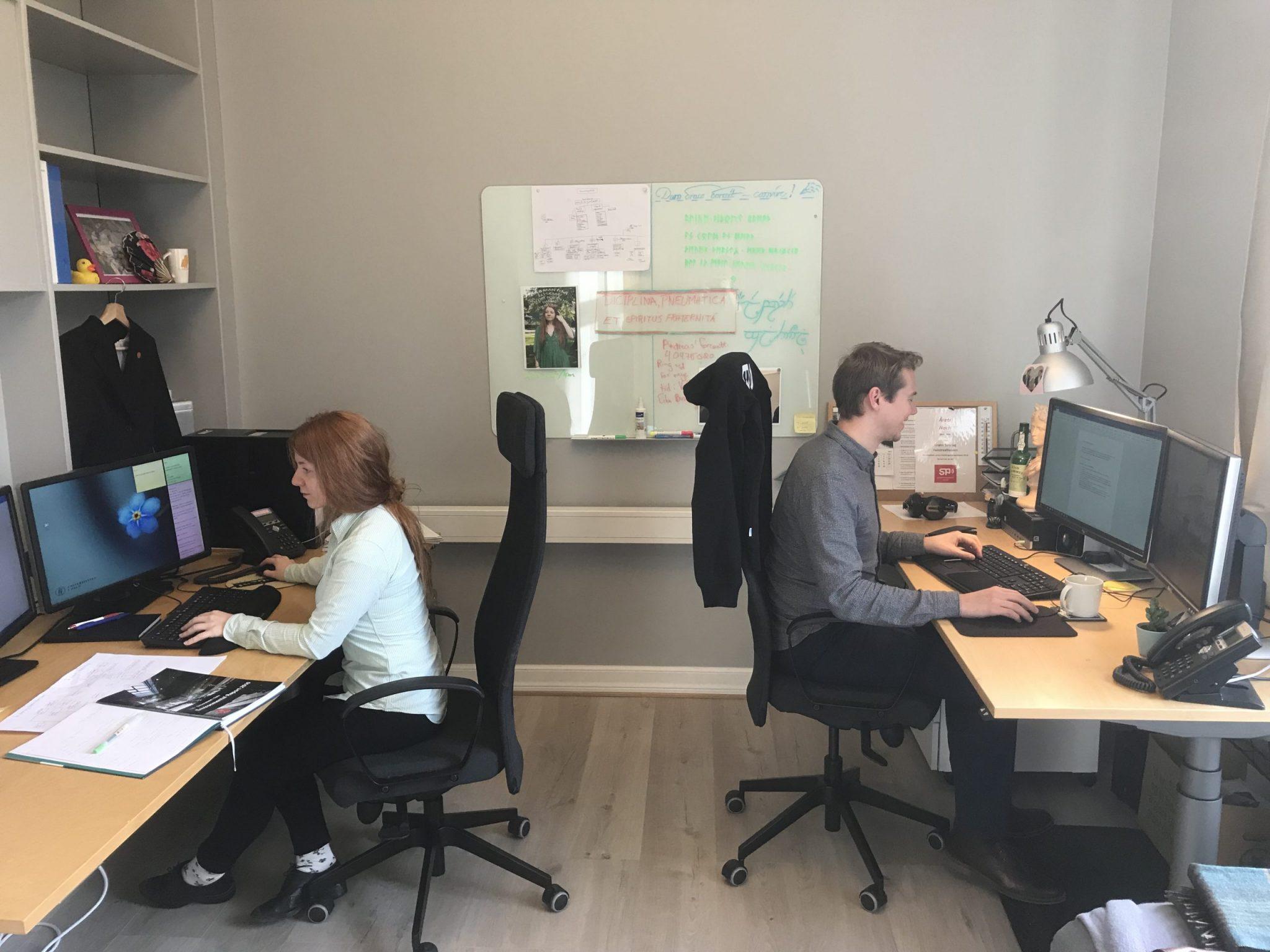 Hier arbeiten Mitarbeiter*innen des StuPas in Oslo in ihren Büros. Foto: Lena Fiedler