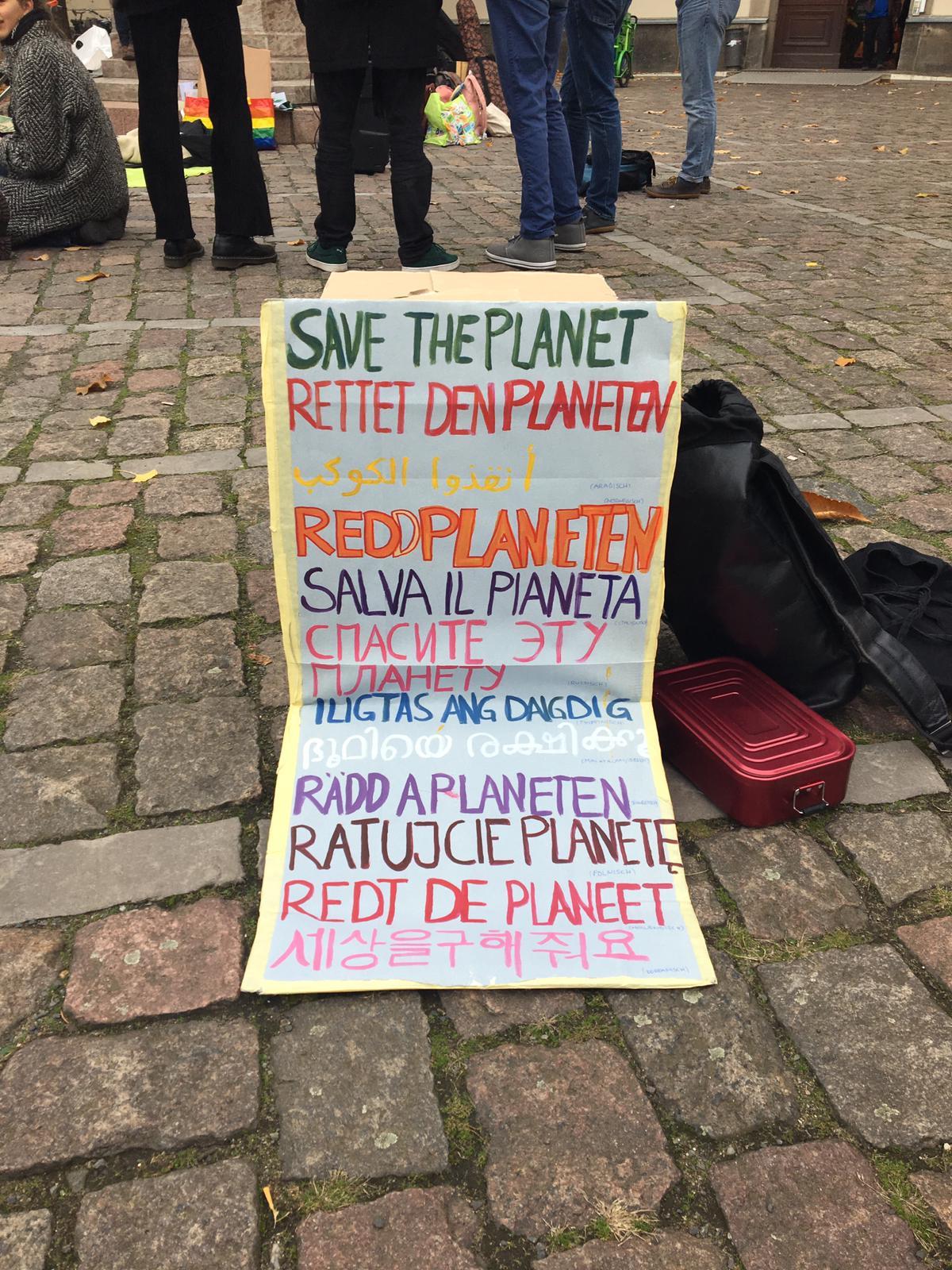 Plakat vor dem Hauptgebäude der HU.