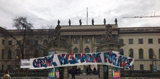 Plakat vor den Toren des Hauptgebäudes der HU.