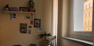 Blick auf den Schreibtisch. Foto: Katharina Heflik