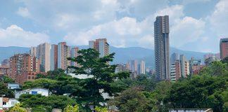 Auch unsere Autorin wurde von der Corona Krise in Kolumbien überrumpelt. Ein Blick vom Dach ihres Hotels in Medellin während der verpflichtenden Quarantäne für Tourist*innen gemacht. Foto: Anastasia Tikhomirova