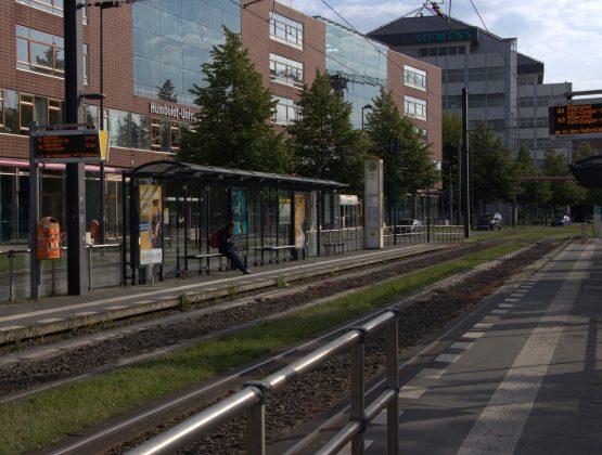Die Tram-Station Magnusstraße, mittwochs um 17 Uhr. Normalerweise würden hier viele der rund 7.000 Studierenden und Mitarbeiter*innen des Campus Adlershof in den Feierabend fahren. Heute wartet nur eine Person auf die Tram. Foto: Frederike Ruge