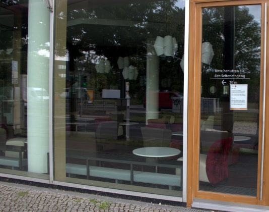 Auch Mensa und Coffeebar sind noch menschenleer. Seit dem 8. Juni hat die Coffeebar in Adlershof wieder geöffnet, allerdings nur im To-Go-Betrieb. Foto: Frederike Ruge