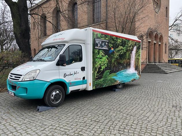 Das Berliner Duschmobil. Foto: Ein Blick ins Innere des Berliner Duschmobils. Foto: Jacqueline Kraushaar